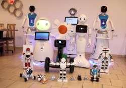 Robotpincérek egy pesti kávézóban
