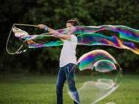 Kaposváron Óriás buborékok a Nevetnikékkel